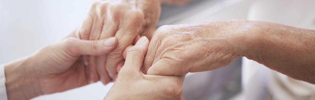 Händehalten Jung und Alt