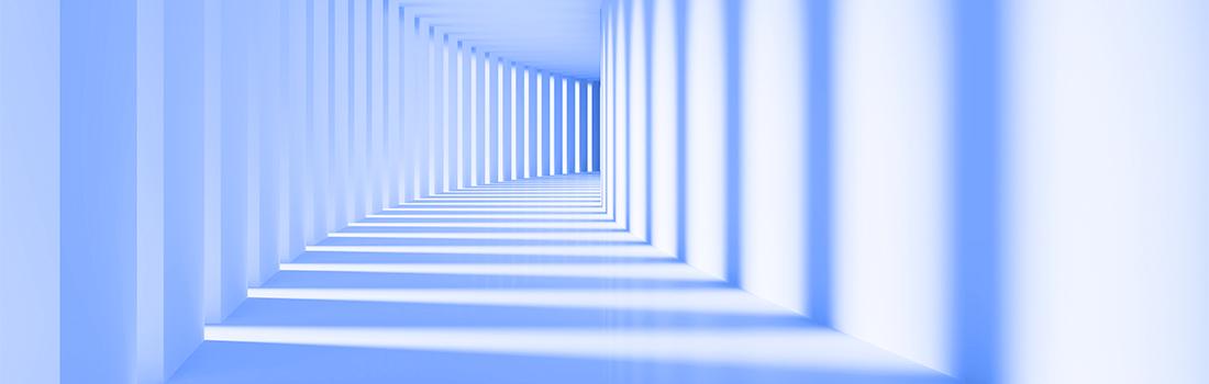 Architektur: Moderner, gekurvter Korridor mit Säulen