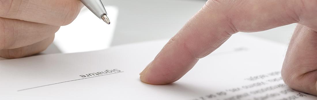 Makro: Papier unterzeichnen